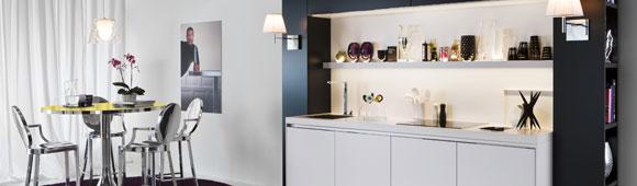 weiße Küche mit einem Mix aus Mattglasfront und cristallweißen Fronten